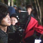 「すごいチャレンジをしてくれた」 新人監督オム・テファがカン・ドンウォンから大きな刺激! 映画『隠された時間』メイキング写真が解禁!